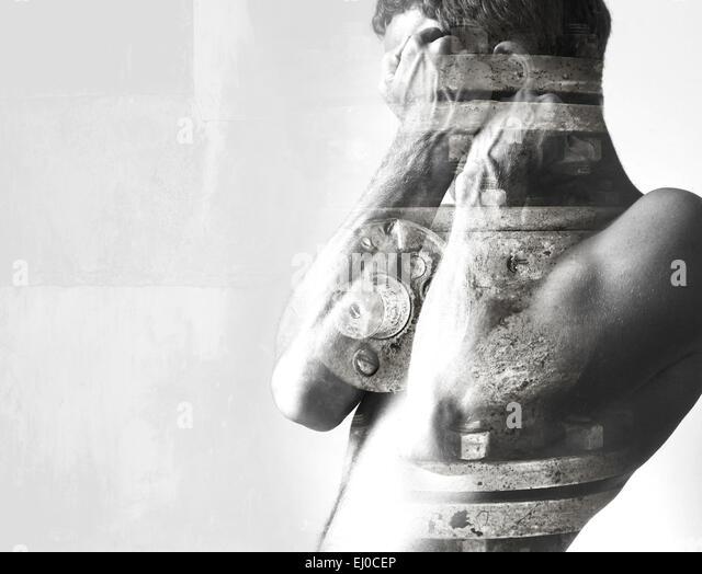 Doppelte Belichtung abstrakte konzeptuelle Foto-Collage, Mann versteckt sich hinter seine starke blockierende Hände Stockbild