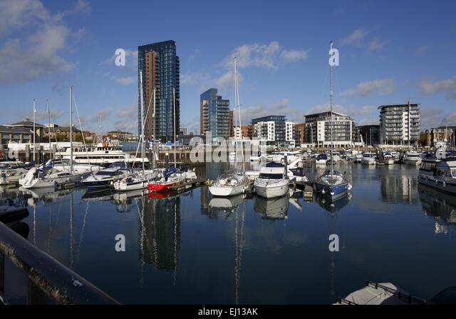 Die 26 Etagen Moresby Turm Verzwergung der anderen Gebäude Admirals Quay, Ocean Village, Southampton Stockbild