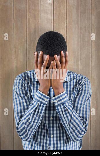 Zusammengesetztes Bild jungen Geschäftsmann mit Kopf in Händen Stockbild