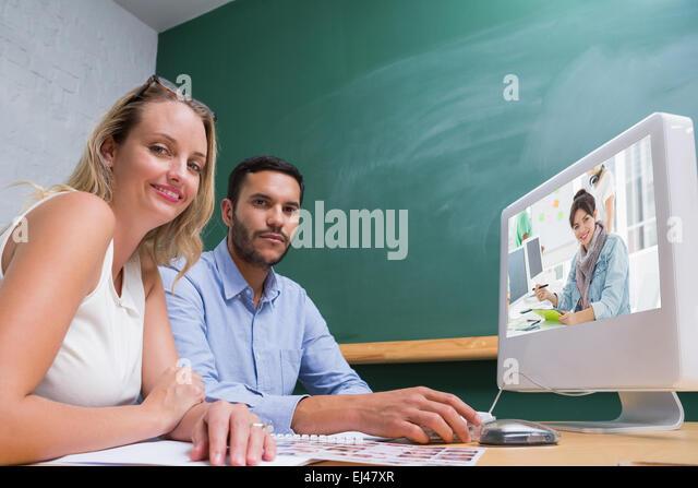 Zusammengesetztes Bild des Künstlers zeichnen etwas auf Grafiktablett mit Kollegen hinter Stockbild
