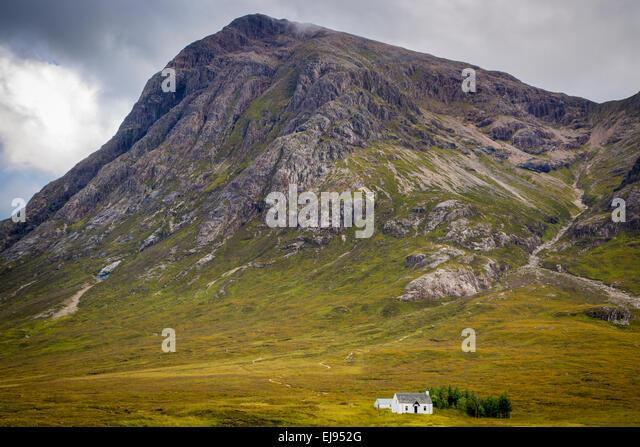 Einsames kleines Haus in den schottischen Highlands in der Nähe von Glencoe, Schottland, UK Stockbild