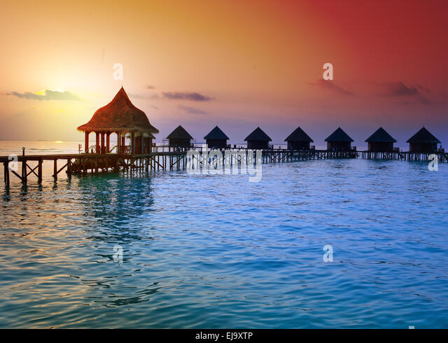 Insel im Ozean, Malediven.  Sonnenuntergang Stockbild