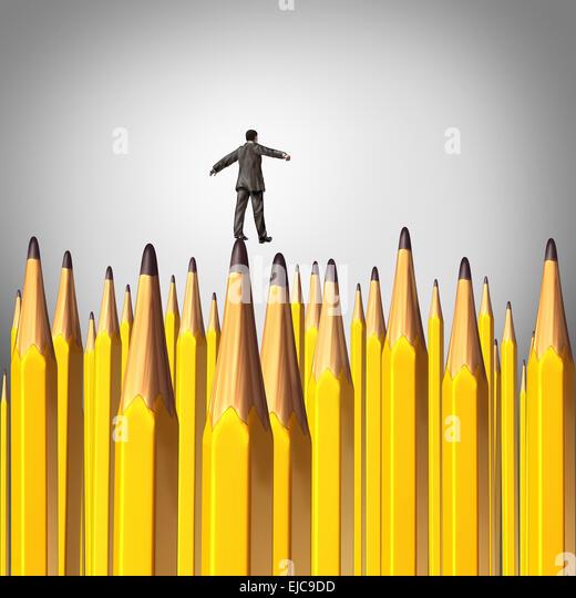Kreative Entscheidung-Risk-Konzept als eine Person zu Fuß vorsichtig durch einen Hintergrund mit einer Gruppe Stockbild