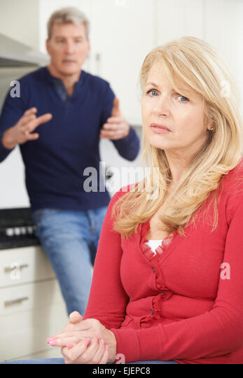 Älteres Paar mit Argument zu Hause Stockbild
