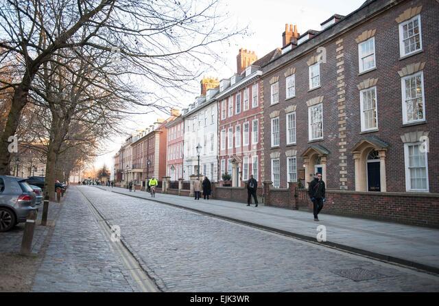 Straßenbild in Queen Square Bristol mit einer Terrasse von georgianischen Gebäuden Stockbild