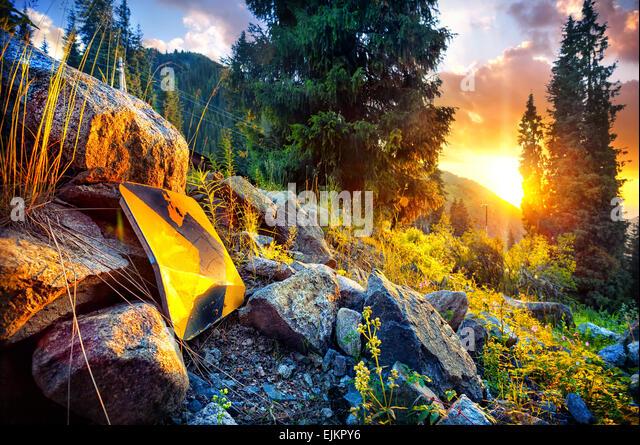 Pfeil-Symbol auf den Sonnenuntergang in den Bergen von Kasachstan Stockbild