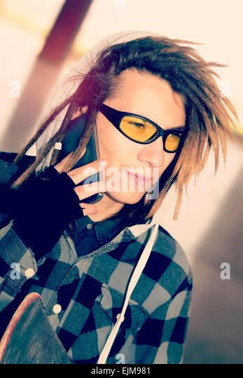 Porträt des jungen Kerl mit Rasta Haaren in einem Lifestyle-Konzept warm Filter angewendet - Stock-Bilder