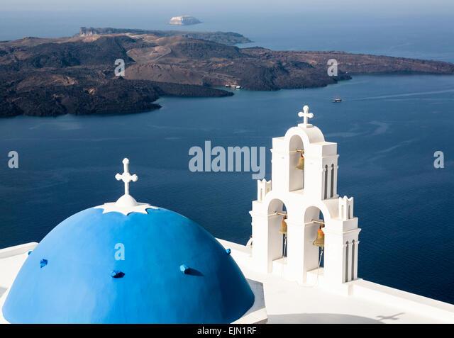 Griechisch-orthodoxe Kirche blaue Kuppel und Glocken, Firostefani, Santorin (Thera), Griechenland. Stockbild
