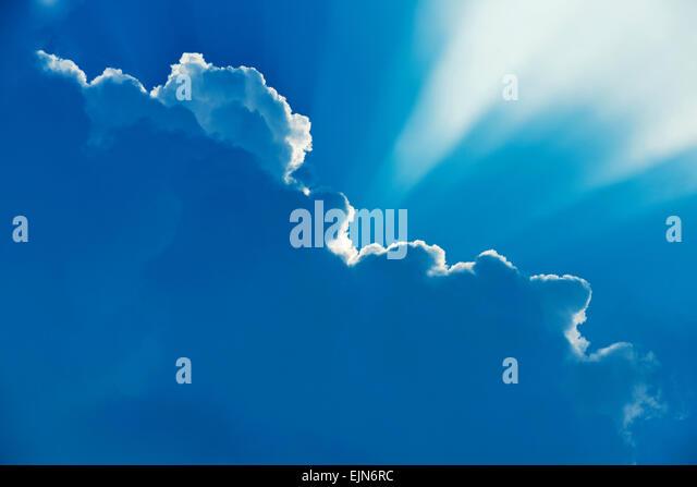 Schöne Strahlen von Licht, das hinter den Wolken. Stockbild
