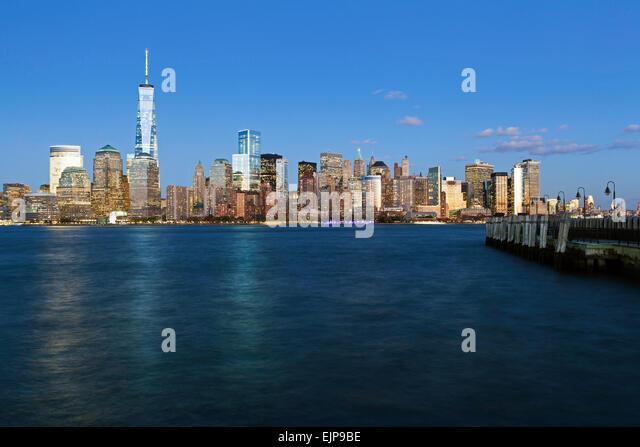 One World Trade Center und die Innenstadt von Manhattan über den Hudson River, New York, Vereinigte Staaten Stockbild