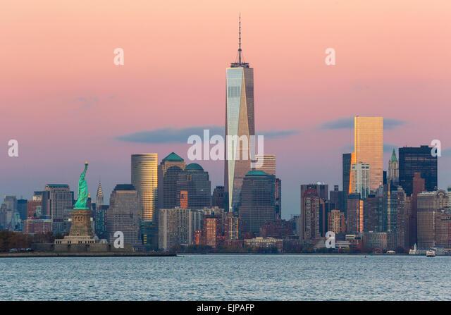 Freiheitsstatue, One World Trade Center und die Innenstadt von Manhattan über den Hudson River, New York, Manhattan, Stockbild