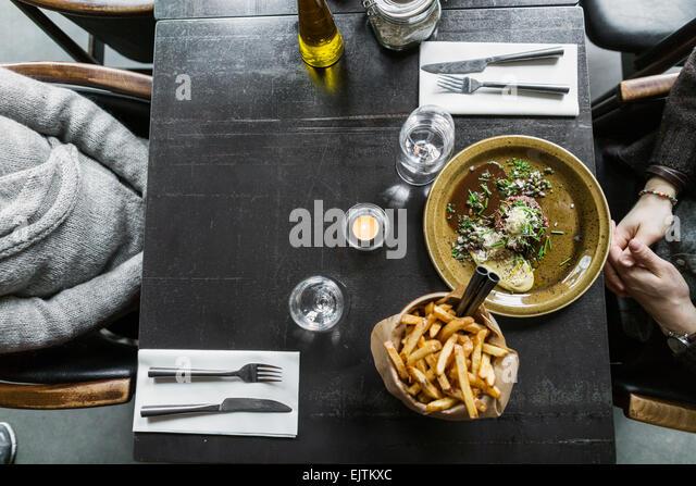 Bild von Mutter und Sohn beschnitten, mit Essen am Tisch serviert Stockbild