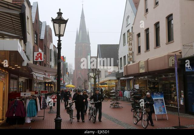 Die Menschen gehen über die wichtigste Einkaufsstraße im Zentrum Stadt mit St. Sixtus Kirche von Haltern/Deutschland Stockbild