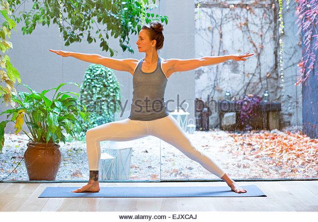 Frau praktizieren Yoga, Warrior 2 pose Stockbild