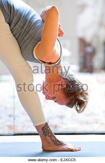 Frau praktizieren Yoga, Pyramide-pose Stockbild
