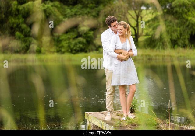 romantische Pärchen stehen am Fluss Stockbild