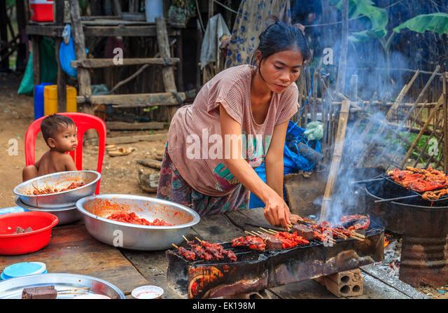 Eine Frau, die Vorbereitung Abendessen für ihre Familie am schwimmenden Dorf Kampong Phulk Stockbild