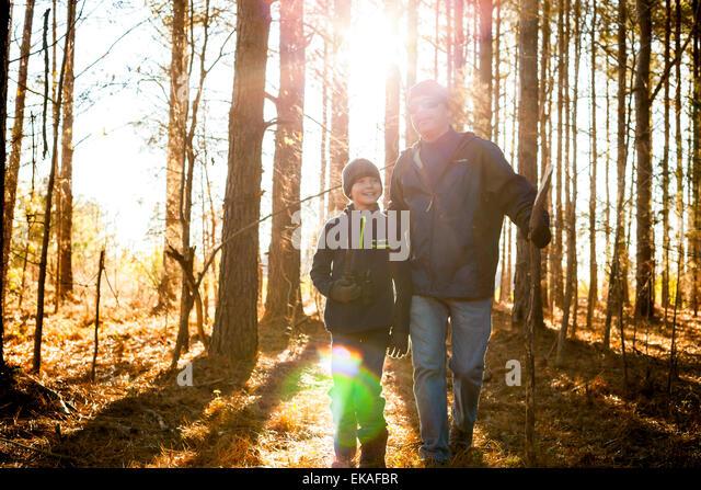 Vater und Sohn wandern im Wald Stockbild