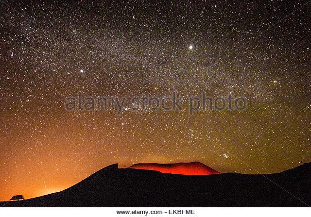 Glühende aktiven Vulkankrater des Volcan Telica in einer sternenklaren Nacht, mit der Milchstraße, Orion Stockbild