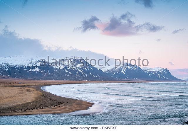 Rosa Dämmerung über Berge, Snaeellsnes Halbinsel, Island Stockbild