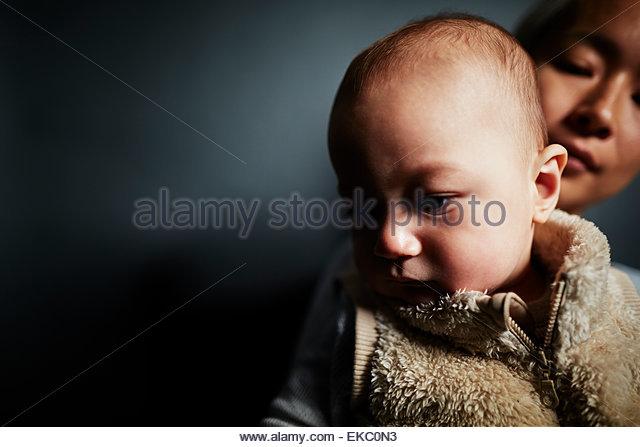Niedrige wichtige Porträt von Baby und Mutter blickte Stockbild