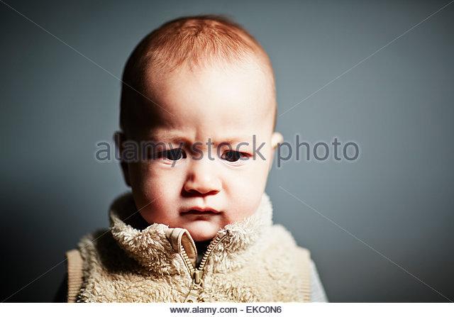 Porträt von niedlichen Baby Boy blickte ungläubig Stockbild