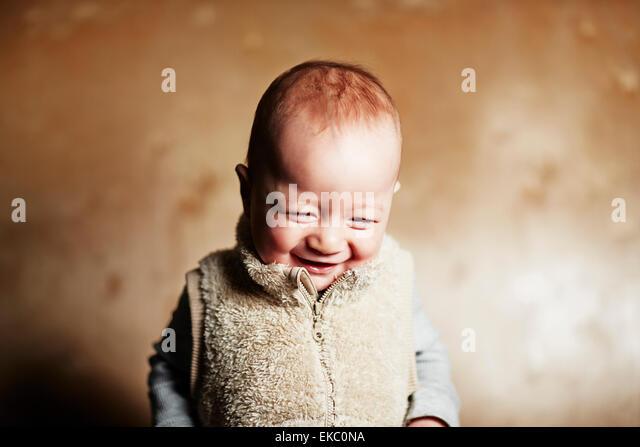 Porträt von niedlichen Baby junge blickte und kichern Stockbild