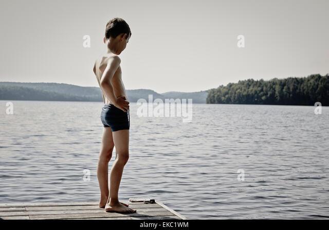 Junge blickte See von hölzernen Pier, Ontario, Kanada Stockbild