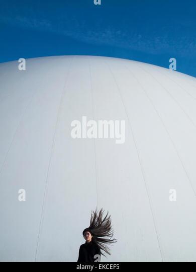 Teenager-Mädchen mit Haaren im wind Stockbild
