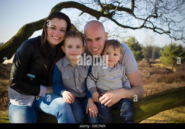 Familienportrait im freien Stockbild