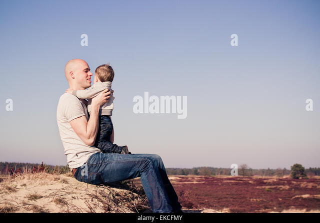 Vater mit seinem Sohn am Strand Stockbild