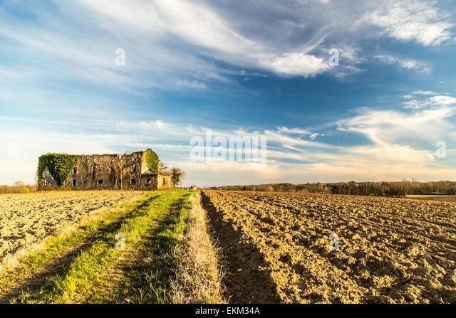 einem verlassenen und verfallenen Bauernhof in den Bereichen von Italien Stockbild