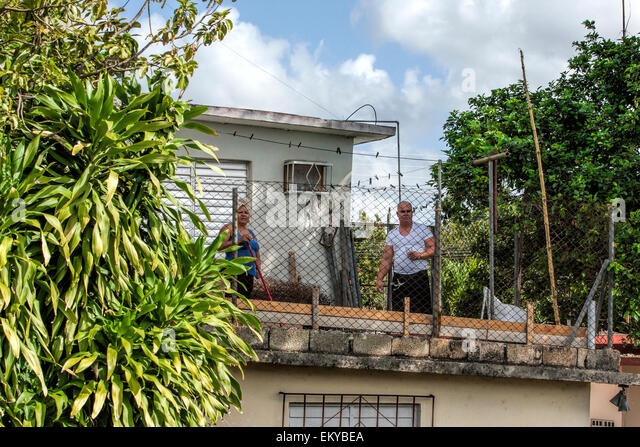 Lokalen Kubaner Aussehen vom Dach ihres Hauses, da geht der Zug vorbei in einem abgelegenen Teil von Kuba Stockbild