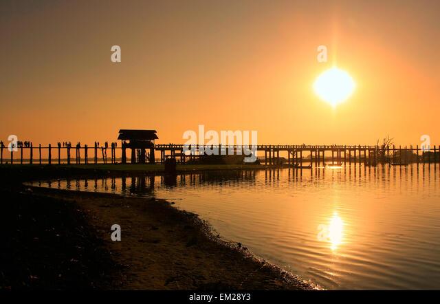 Farbenfrohen Sonnenuntergang am U Bein Brücke, Amarapura, Mandalay Region, Myanmar Stockbild