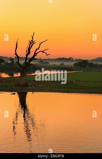 Farbenprächtigen Sonnenuntergang an der Region See, Amarapura, Mandalay, Myanmar Stockbild