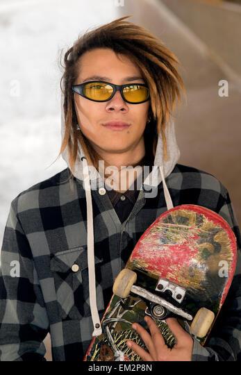 Lifestyle Porträt eines jungen Mannes im freien warmen Tönen Filters angewendet Stockbild