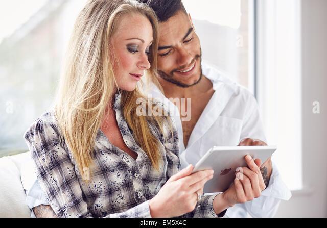 Paar auf der Suche ein iPad zusammen Stockbild