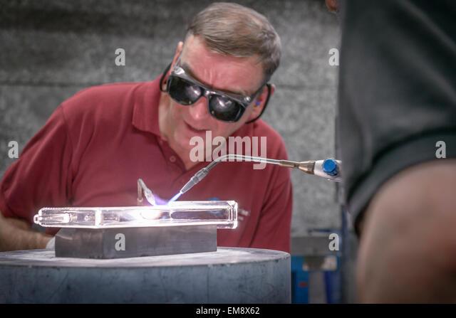 Industrielle Glasbläser konstruieren komplizierte Glasteil, Nahaufnahme Stockbild