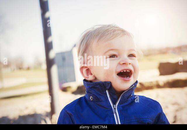 Deutschland, Oberhausen, Kleinkind mit offenem Mund auf Spielplatz Stockbild