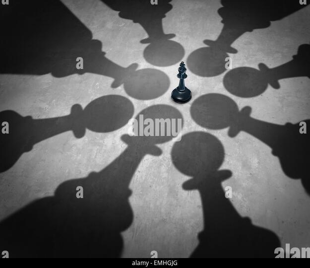 Business Team Symbol zusammengetan, um einen mächtigen Gegner zu besiegen, mit acht Schach Bauern rings um Stockbild