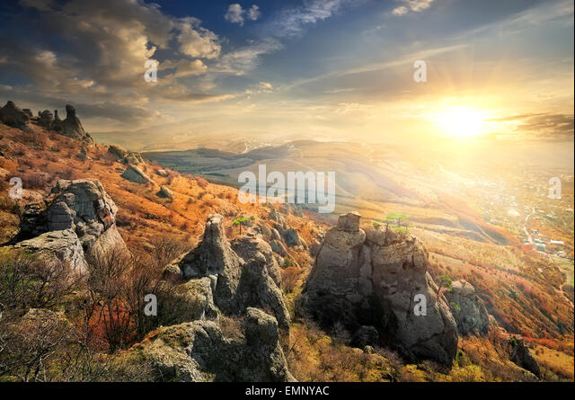 Schönen Klippen im Herbst bei Sonnenaufgang Stockbild