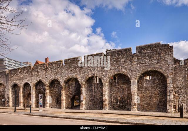 Ein Teil der alten Stadtmauer der Stadt Southampton, Hampshire, England. Stockbild