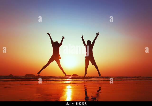 Flitterwochen der glückliche junge Familie am Strand Stockbild