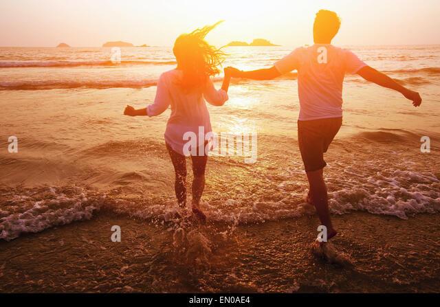 Silhouette der paar am Strand, Traumurlaub Stockbild