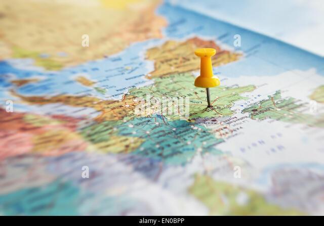 Reiseziel, Pin auf der Karte Stockbild