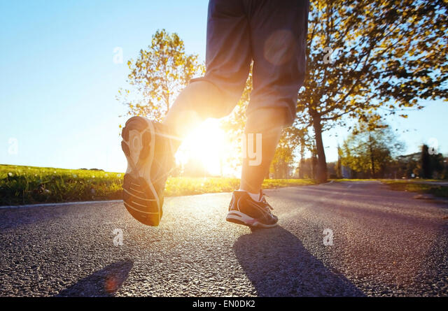 Fuß des Läufers bei Sonnenuntergang hautnah Stockbild