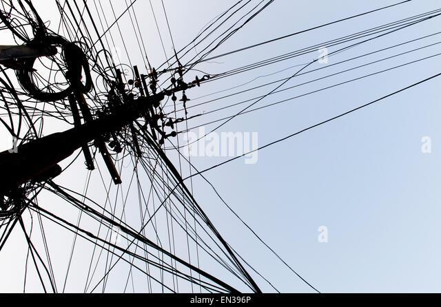 Verworrenen Stromkabel auf einem Power Pole, Kochi, Kochi, Indien Stockbild