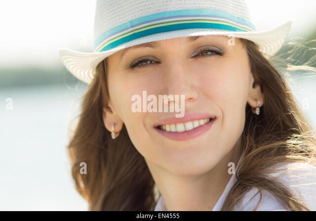 Junge schöne Frau in weißen Hut auf den Sommertag. Ziemlich kaukasische Mädchen hat Spaß im Stockbild