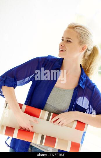 Frau hält Tapete Muster Stockbild