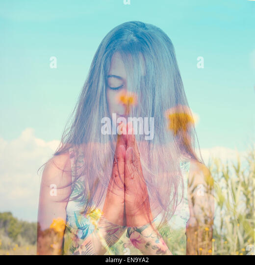 Doppelbelichtung eine junge Brünette Frau, meditieren und eine friedliche Landschaft mit gelben Blüten Stockbild